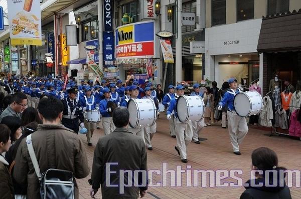 «Небесний оркестр» рухається по вулицях Кобе. Фото: Hong Kazuo/The Epoch Times