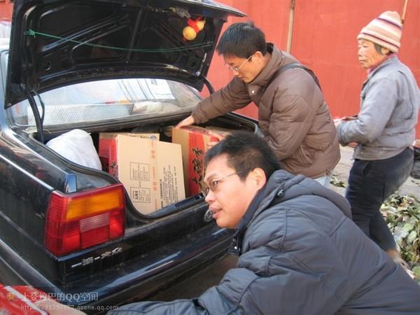 Найбільш нужденним апелянтам жителі Пекіна привезли безкоштовні продукти та речі. Фото з epochtimes.com