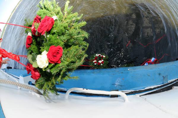 Вшанувати пам'ять загиблих у Казанський річковий порт приїхали Президент Татарстану Рустам Мінніханов, міністр транспорту Російської Федерації Ігор Левітін, Державний Радник Республіки Татарстан Мінтімер Шаймієв, мер Казані Ільсур Метшин та інші офіційні