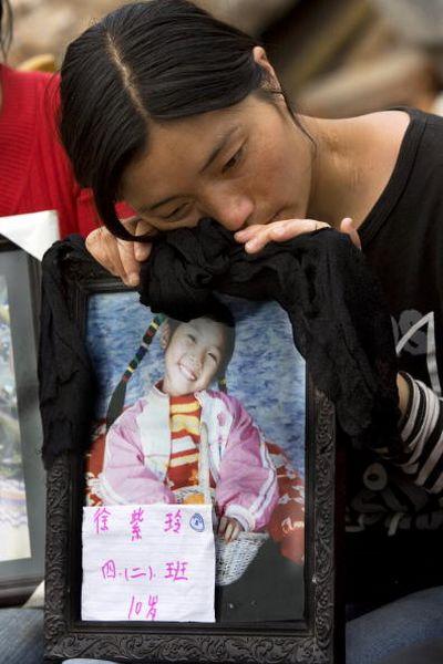 Батьки, які сумують за своїми дітьми. Фото: Getty Images
