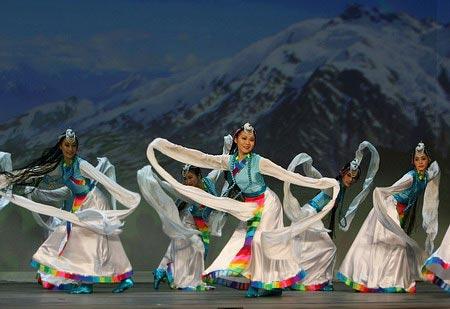 """Танец 'Белый лотос на снежной горе'. Ансамбль """"Лотос"""". Хореограф: Цзиньмань Ли. Музыка: Цзюньи Тань. Светлые улыбки юных тибетских девушек, жизнерадостные танцевальные движения и доброе сердце, такие же чистые, как белый лотос на снежной горе. Фото: Велик"""