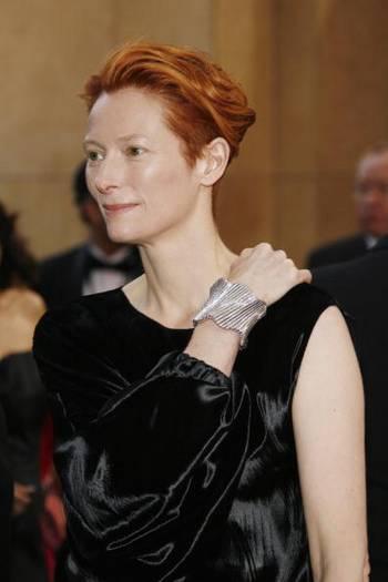 Актриса Тильда Суинтон (Tilda Swinton) посетила церемонию вручения Премии 'Оскар' в Голливуде Фото: Vince Bucci/Getty Images