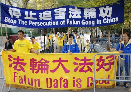 Последователи Фалуньгун выражают протест против репрессий во время визита китайского премьер министра Вэнь Цзябао в США. Фото: Даи Бин/ The Epoch Times
