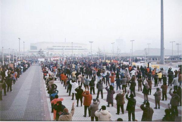 Січень 1999 р., м. Далянь провінції Ляонін. Колективна практика китайських і західних послідовників Фалуньгун. Фото з minghui.org