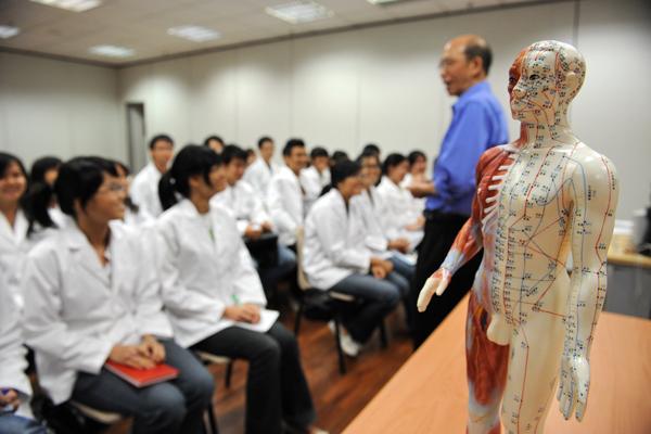 В Китае акупунктура получила своё название — Чжень-Цзю терапия. Фото: ROSLAN RAHMAN/AFP/Getty Images