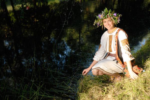 Украинская красавица на празднике Ивана Купала в Пирогово. Фото: Владимир Бородин/The Epoch Times