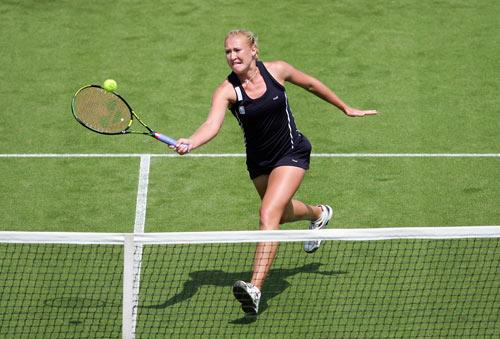 Англійка Олена Балтача (Elena Baltacha) відбиває м'яч англійки Енн Котевон (Anne Keothavong) у ході жіночого турніру International Women's Open. Фото: Julian Finney/Getty Images