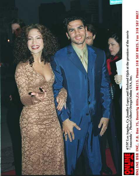 Дженнифер Лопес с бывшим мужем Охани Ноа на премьере фильма «Анаконда», 1997 год. Фото: Getty Images