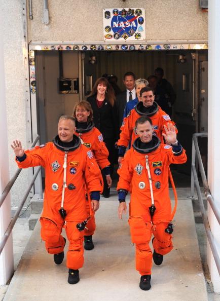 Экипаж шаттла выходит из здания Космического центра им. Кеннеди. Фото: STAN HONDA/AFP/Getty Images