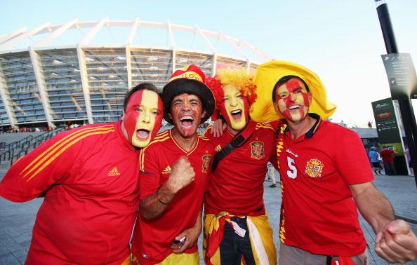 Испанские поклонники перед финальным матчем между Испанией и Италией на Олимпийском стадионе 1 июля 2012 года в Киеве. Фото: Alex Grimm/Getty Images