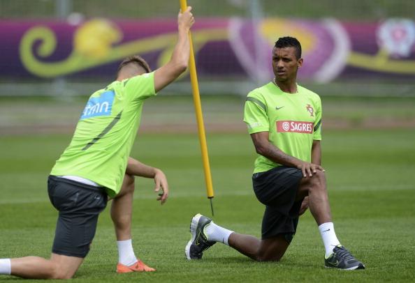 Португальский полузащитник Нани (справа) и португальский полузащитник Мигель Велозу во время тренировки 10 июня 2012 года. Фото: FRANCISCO LEONG/AFP/GettyImages