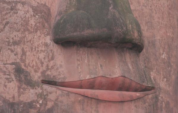 Самый большой Будда в мире: Губы Будды. Фото: ironromeo/Livejournal.com