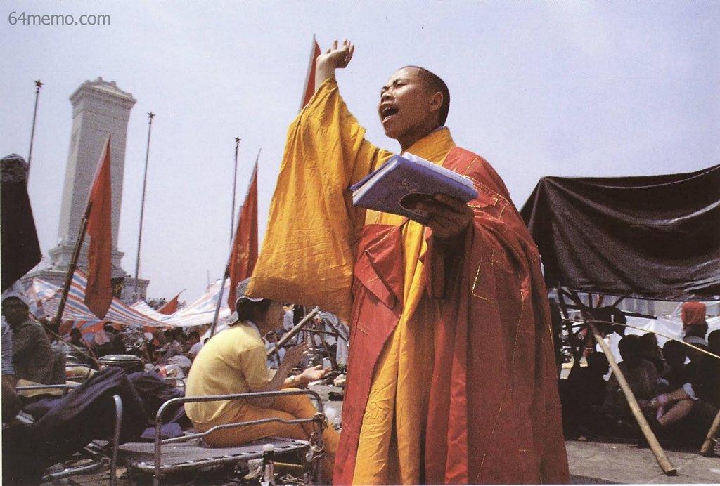17 мая 1989 г. Монах на площади Тяньаньмэнь выступает с речью в поддержку студентов. Фото: 64memo.com