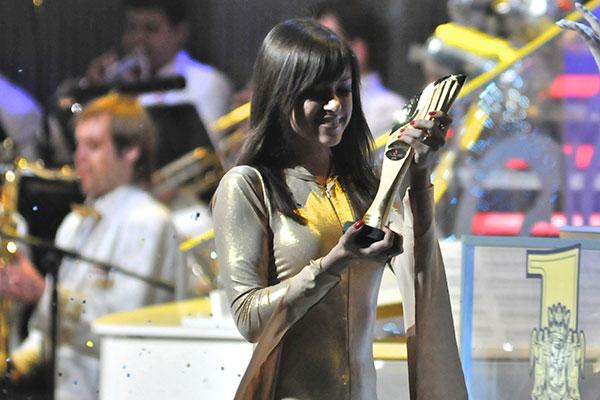 Девушка держит в руках статуэтку «Человек года» на торжественной церемонии вручения титула программы «Человек года» в Киеве 26 марта 2011 года. Фото: Владимир Бородин/The Epoch Times Украина