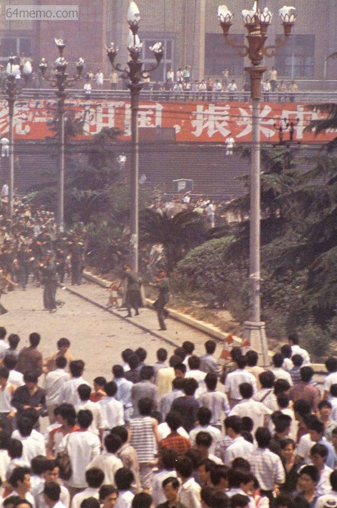 6 червня 1989 р. Після того, як по всьому Китаю рознеслися сумні новини про події в Пекіні, жителі м. Ченду провінції Сичуань продовжили демонстрацію, виражаючи скорботу по загиблих. В результаті сталося зіткнення із солдатами. Фото: 64memo.com