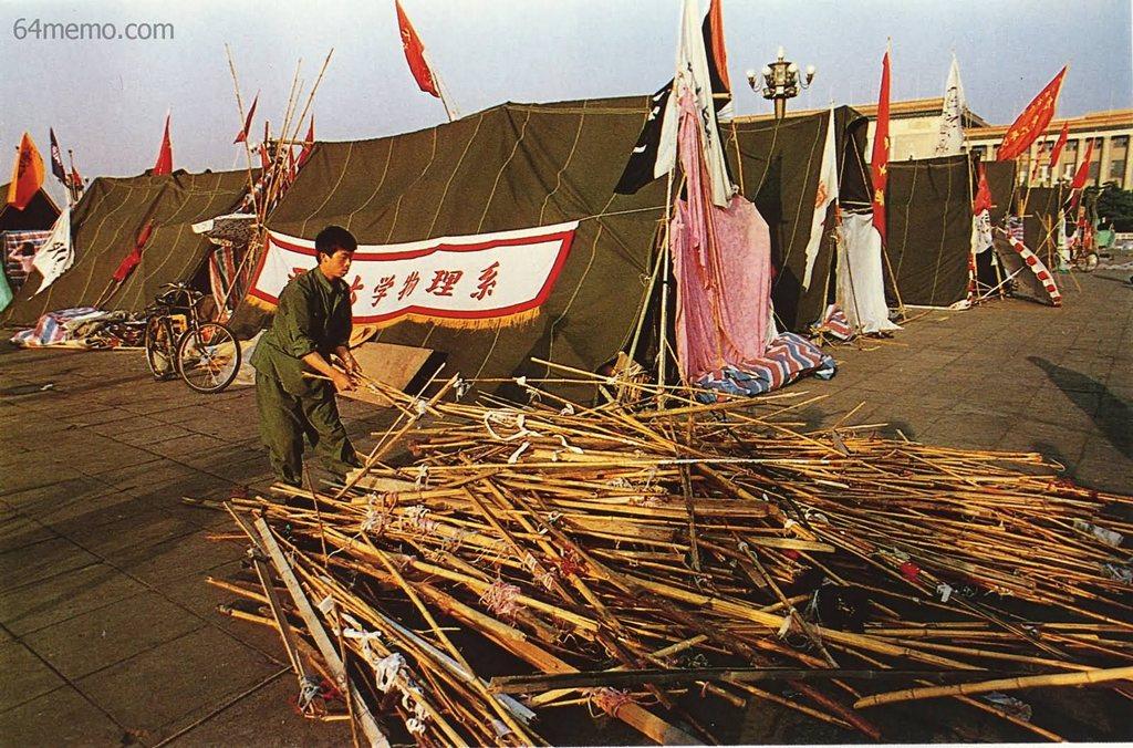 2 июня 1989 г. Студенты на площади Тяньаньмэнь из бамбуковых жердей сооружают навесы от солнца. Фото: 64memo.com