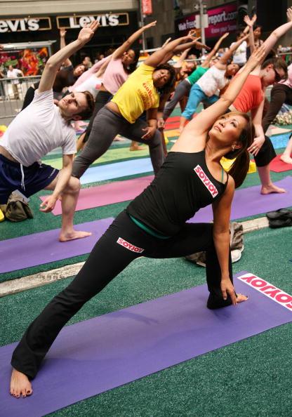 Кері Енн Інаба виконує вправи йоги. Фото: Astrid Stawiarz/Getty Images