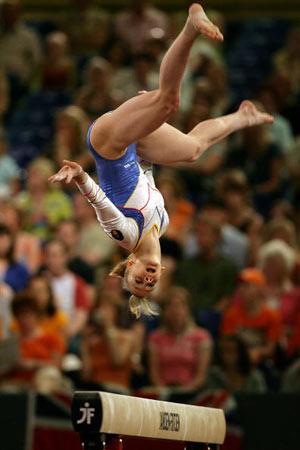 Амстердам, НІДЕРЛАНДИ: Румунка Sandra Izbasa виступає під час чемпіонату Європи із спортивної гімнастики. Фото ARIS MESSINIS/AFP/Getty Images