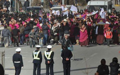 14 марта. Отряды китайской вооружённой милиции блокировали дорогу монахам монастыря Лабранг, которые проводили акцию протеста. Фото: AFP
