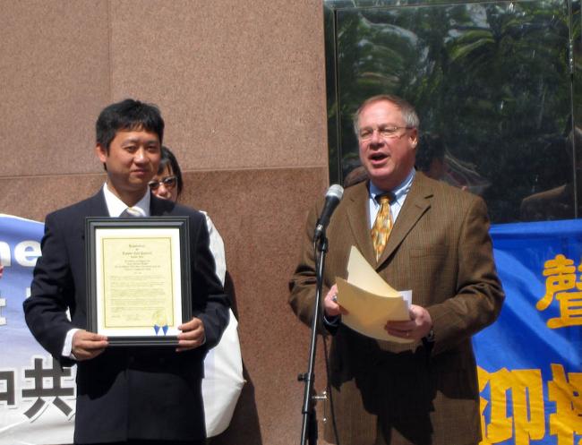 Від імені Міської ради пан Коллінз передав організаторам туру резолюцію. (The Epoch Times)