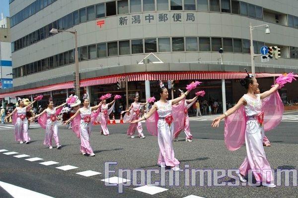 Колона «танцюючих небесних дів» послідовників Фалуньгун. Святкування дня міста Ніїгата. 9 серпня. Японія. Фото: Хун Іфу/Тhe Epoch Times