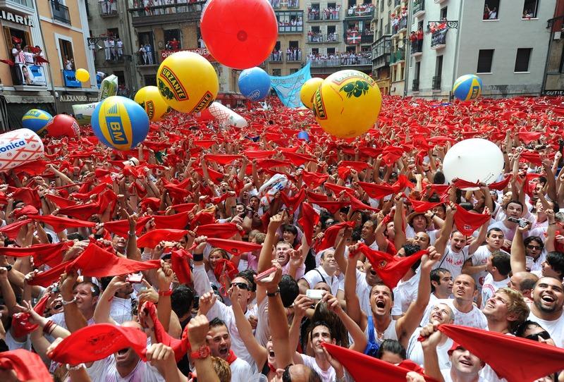 Памплона, Испания, 6 июля. В городе состоялось открытие ежегодного фестиваля Сан-Фермин, который проводится здесь уже более восьми столетий. Фото: Jasper Juinen/Getty Images