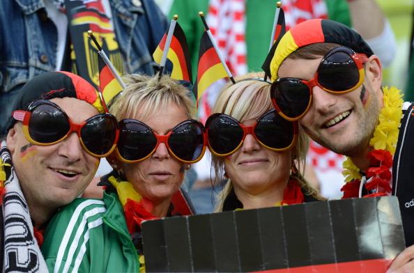 Немецкие болельщики в одинаковых очках на четвертьфинальном матче Германии против Греции 22 июня 2012 года, Польша. Фото: Christof Stache/AFP/Getty Images