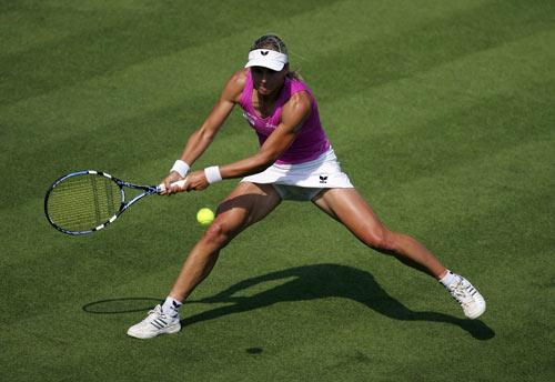 Австралійка Сибіль Баммер (Sybille Bammer) грає проти росіянки Марії Кириленко (Maria Kirilenko) у ході жіночого турніру International Women's Open. Фото: Julian Finney/Getty Images