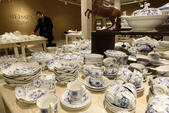 Покупець вибирає столовий посуд серед мейсенського фарфору в магазині «Мейсен» у Дрездені, Німеччина, 19 січня 2010 р. Фото: Sean Gallup / Getty Images