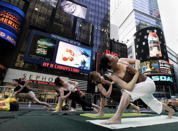 Марафон йоги на Таймс-сквер, Нью-Йорк. Фото: STAN HONDA/AFP/Getty Images