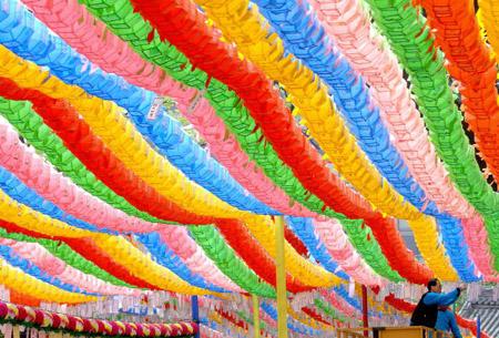 Тысячи разноцветных лотосовых фонарей объединились в одну  волну. Фестиваль лотосовых фонарей в Сеуле 20 мая 2007г. Фото: Chung Sung-Jun/Getty Images