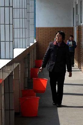 Сборщики детской урины в школе. Фото с kanzhongguo.com
