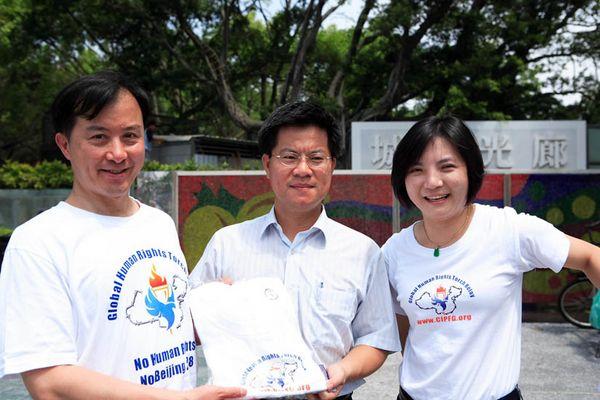 7 июня. Город Каосюн (Тайвань). Член городского Совета г-н Линь Каочун (посредине) сказал, что о преследовании Фалуньгун нужно рассказать как можно большему числу людей. Фото с minghui.org
