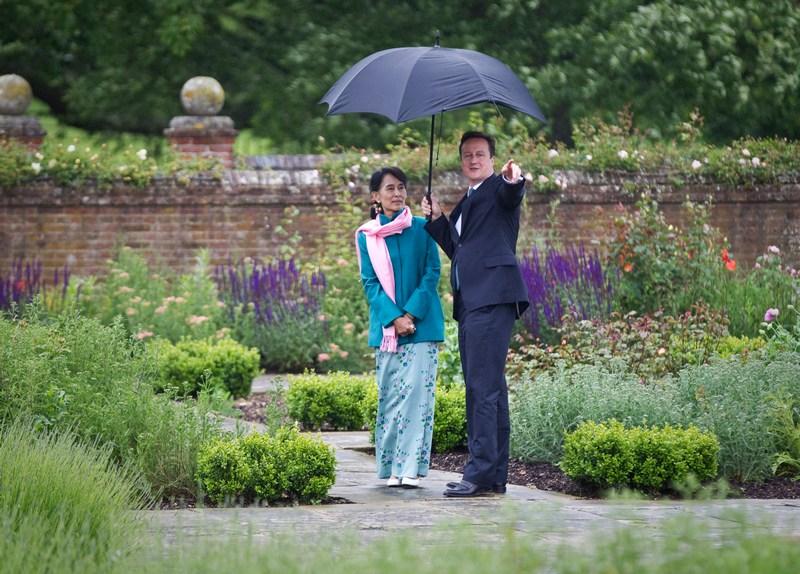 Эллесборо, Англия, 22 июня. Лидер оппозиции Бирмы Аун Сан Су Чжи встретилась в розовом саду с премьер-министром Британии Дэвидом Камероном во время 4-х дневного визита в страну. Фото: Peter Nicholls — WPA Pool/Getty Images
