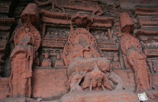 Многочисленные вырезанные изображения Просветленных обогащают необычный комплекс статуи, несущие сквозь века верования и почитание человеком богов. Фото: ironromeo/Livejournal.com