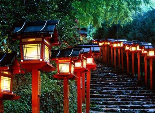 Япония - дорога к храму. Лестницы, украшенной в восточном стиле.