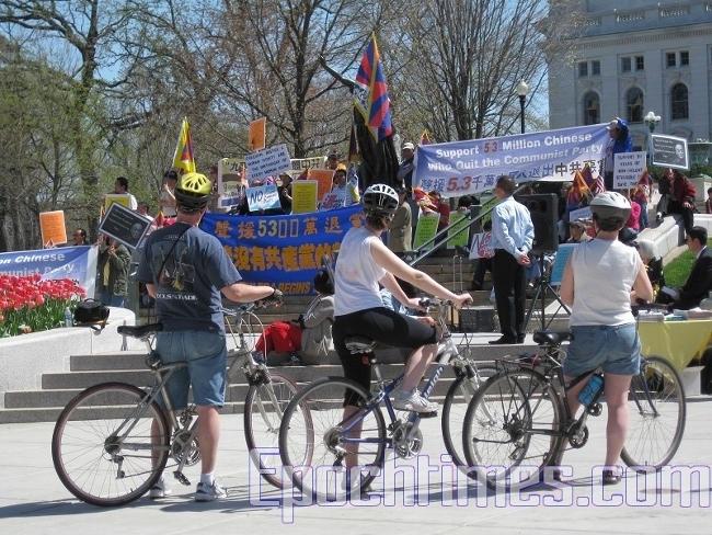 Група велосипедистів зупинилася, щоб трохи краще розглянути що відбувається. (The Epoch Times)