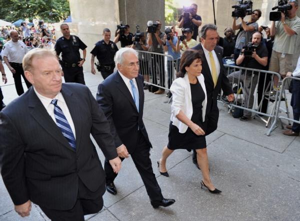 Экс-глава Международного валютного фонда Доминик Стросс-Кан и его жена Энн Синклер прибыли в Манхэттенское здание суда штата Нью-Йорк 1 июля 2011 г. Фото: Daniel Barry/Getty Images