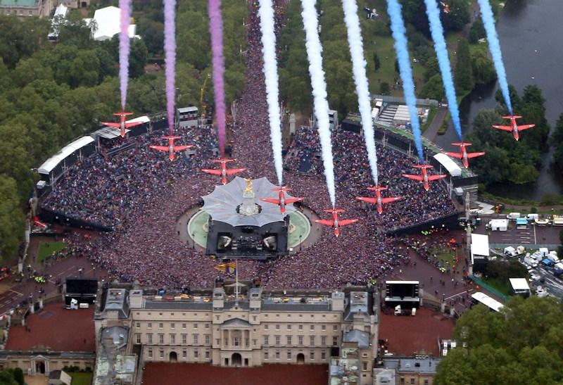 Лондон, Англия, 5 июня. Воздушное шоу над Букингемским дворцом в честь бриллиантового юбилея правления Елизаветы II. Фото: Peter Macdiarmid — WPA Pool /Getty Images