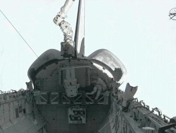 Астронавты Гаран (слева) и Фоссум закрепляют неисправный насос системы охлаждения в грузовом отсеке шаттла «Атлантис». Фото: nasa.gov