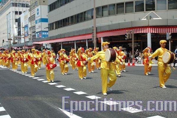 Колона китайських барабанщиків послідовників Фалуньгун. Святкування дня міста Ніїгата. 9 серпня. Японія. Фото: Хун Іфу/Тhe Epoch Times
