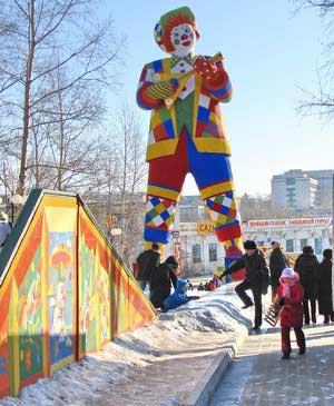 Велика скульптура клоуна, який тримає балалайку. Фото: Іван Поляков/Велика Епоха