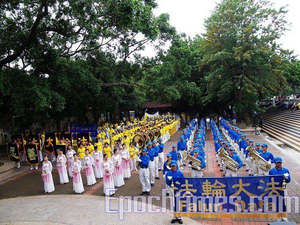 Праздничное шествие в тайваньском городе Чжудун, посвящённое Всемирному Дню Фалунь Дафа (13 мая). Фото: Цзян Юйю/ The Epoch Times