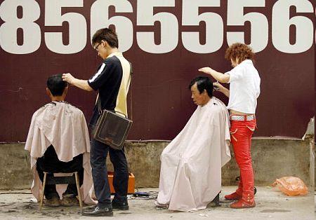 Пекинские уличные парикмахеры. PETER PARKS/AFP/Getty Images