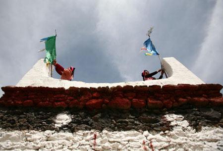Дві жінки на весіллі вивісили кольорові прапори з побажаннями щастя. Фото: China photos/ Getty image