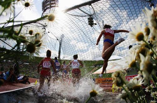 Мюнхен. Німеччина. Спортсмени долають водну перешкоду під час забігу на 3000 метрів на Кубку Європи-2007 по легкій атлетиці. Фото: Alexander Hassenstein/Bongarts/Getty Images