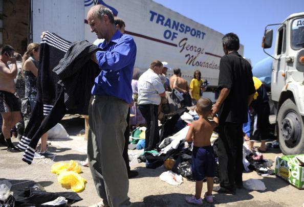 Жители Крымска получают гуманитарную помощь