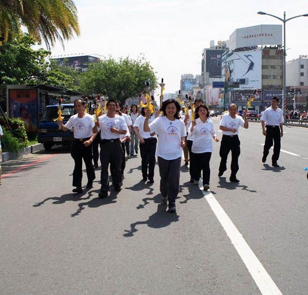 7 июня. Город Каосюн (Тайвань). Мэр города Каосюн и другие правительственные чиновники несут факел прав человека по улицам города. Фото с minghui.org