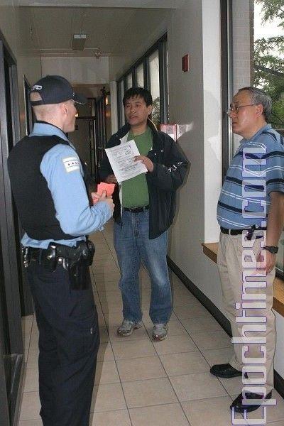 Поліцейські, прибулі на виклик співробітників редакції. Фото: The Epoch Times