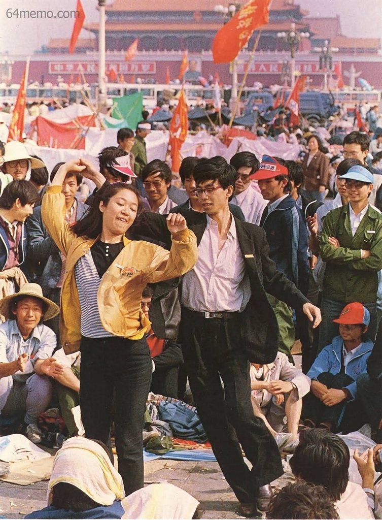 22 мая 1989 г. Студенты на площади Тяньаньмэнь поют песни о демократии и танцуют. Фото: 64memo.com